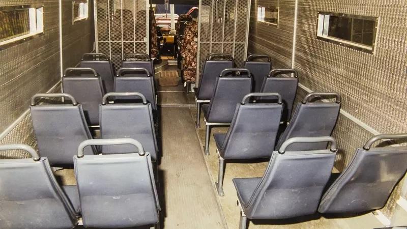 vězeňský autobus zevnitř